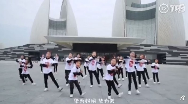 中國兒童讚頌華為手機,讓網友們看不下去。(圖擷取自微博)
