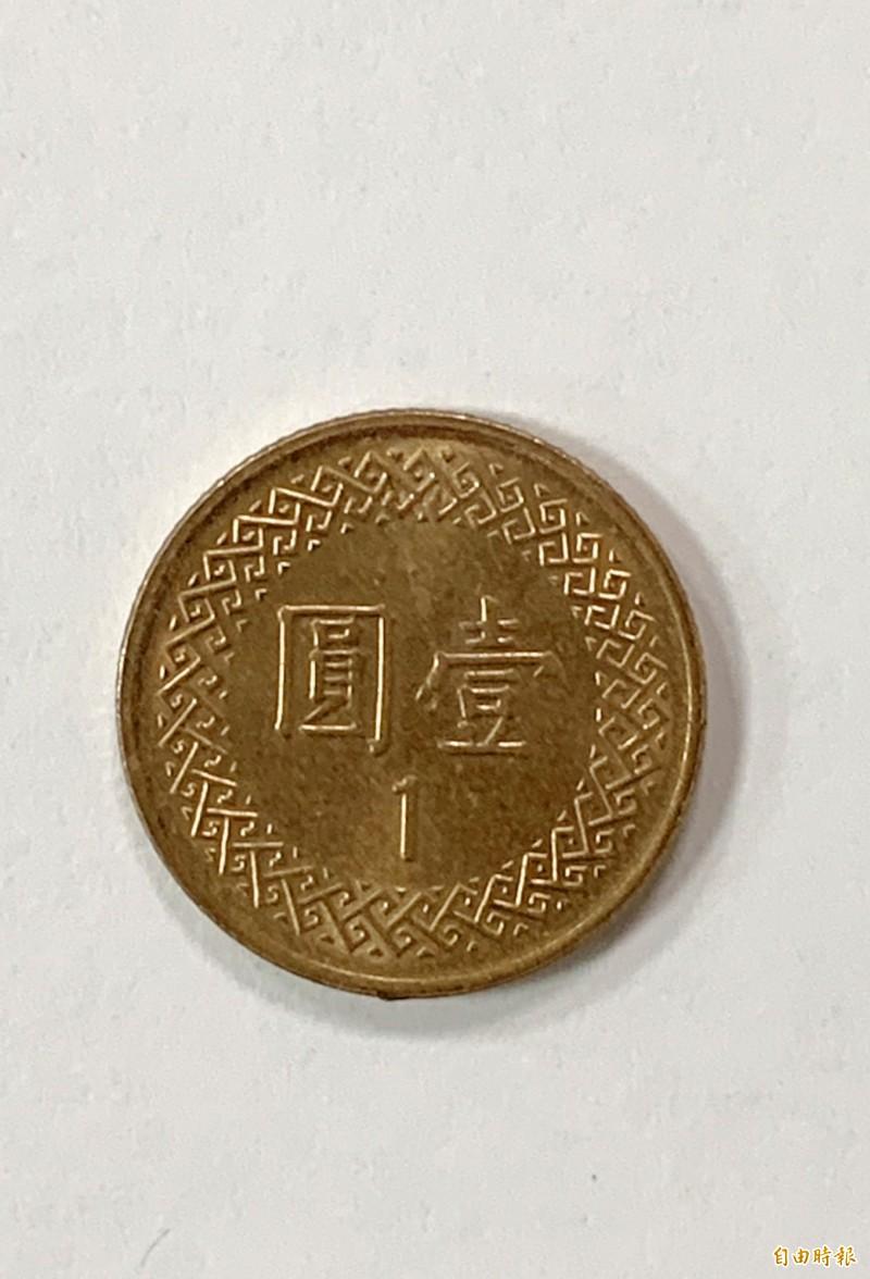 楊婦想還發財金999元欠土地公1元表示「欠一個圓(滿)」。(記者陳鳳麗攝)