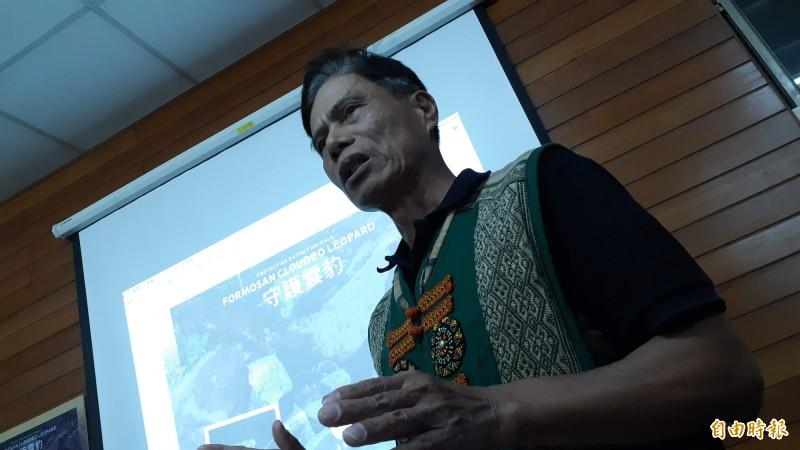 魯凱族達魯瑪克部落主席胡進德描述12年前上山狩獵,友人開槍射擊台灣雲豹未中。(記者黃明堂攝)