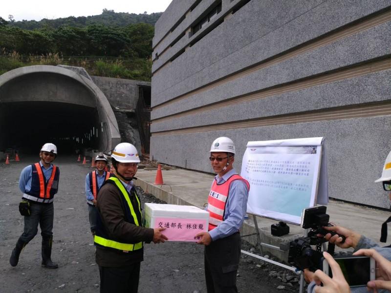交通部長林佳龍到蘇花改慰問施工團隊。(圖由蘇花改工程處提供)