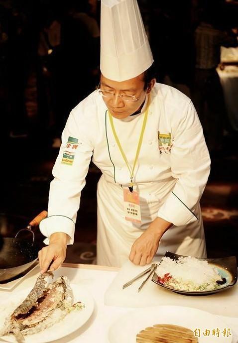 王文正料理鹽焗虱目魚。(記者楊金城攝)