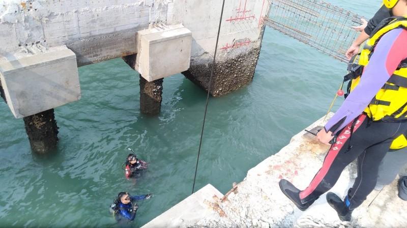 消防人員下水進行搜救。(記者張軒哲翻攝)