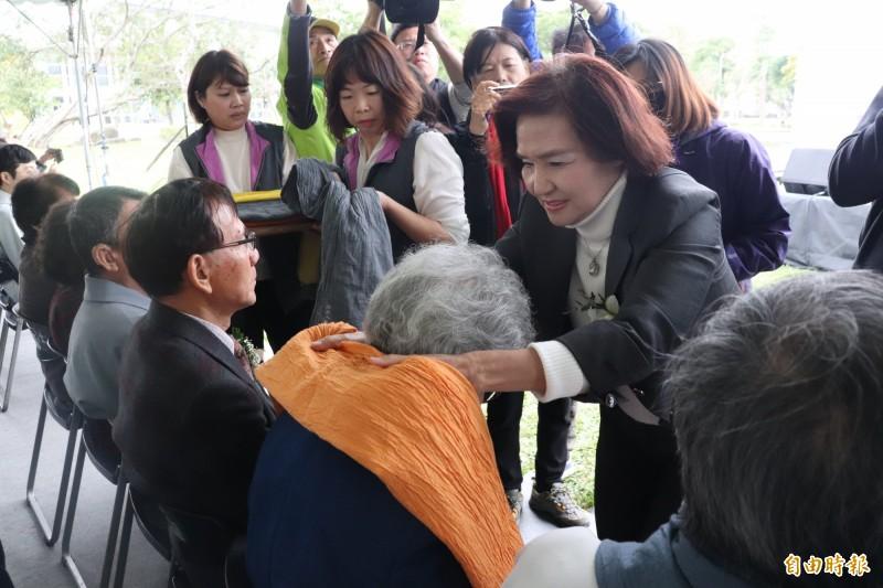 宜蘭縣長林姿妙(右)親自為受難家屬,獻上象徵溫暖擁抱的圍巾。(記者林敬倫攝)