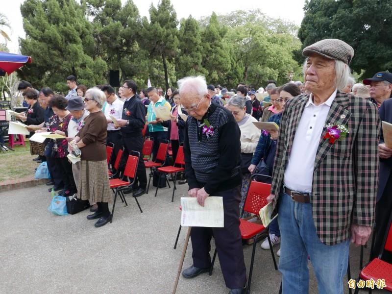 鍾逸人(右1)、林才壽(右2)參加228和平紀念追思禮拜。(記者蔡淑媛攝)