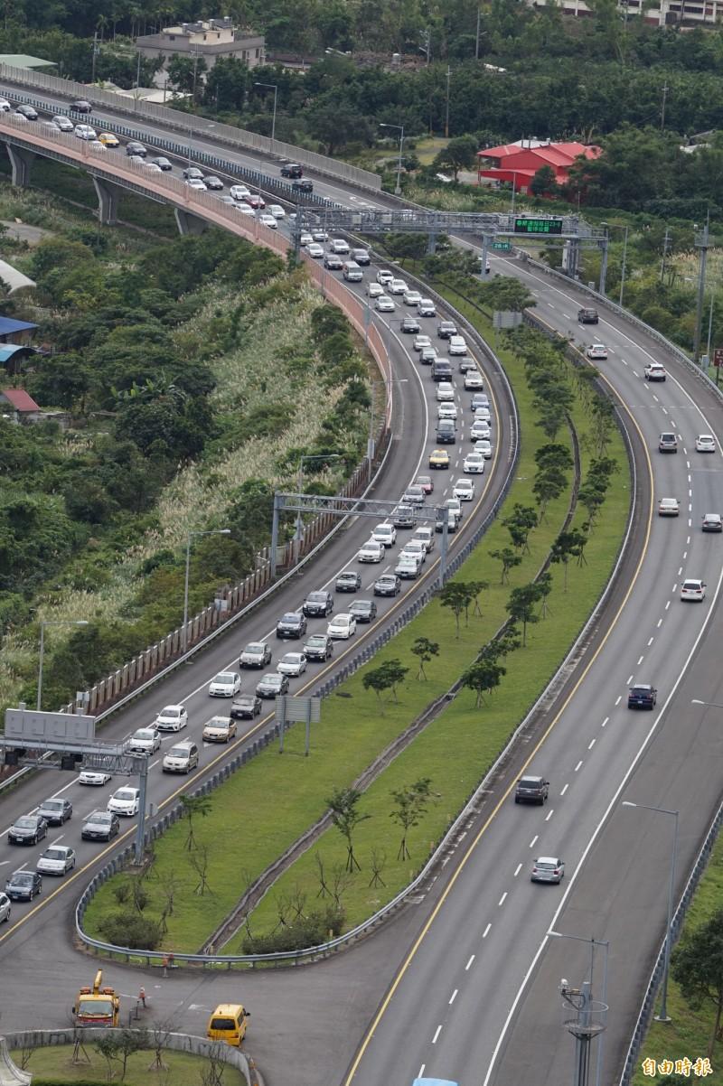國5今天交通壅塞,但高公局表示,明天才是228連假的車流最高峰。(資料照,記者林敬倫攝)