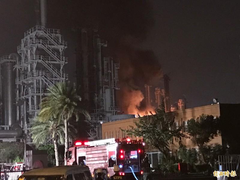 林園工業區台石化爆炸失火,消防人員漏夜警戒。(記者洪臣宏攝)