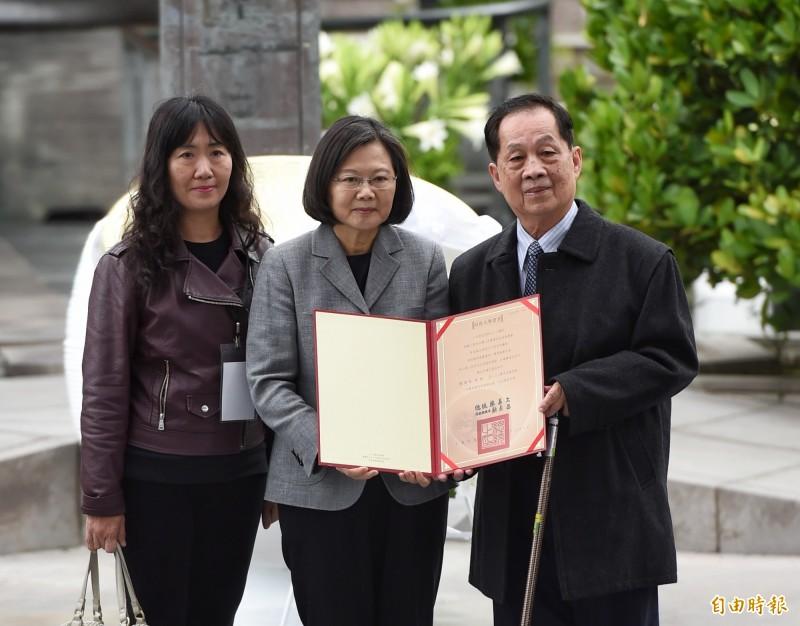 蔡英文總統今日出席二二八紀念中樞儀式,於二二八紀念公園,頒贈回復名譽證書給受難家屬。(記者方賓照攝)