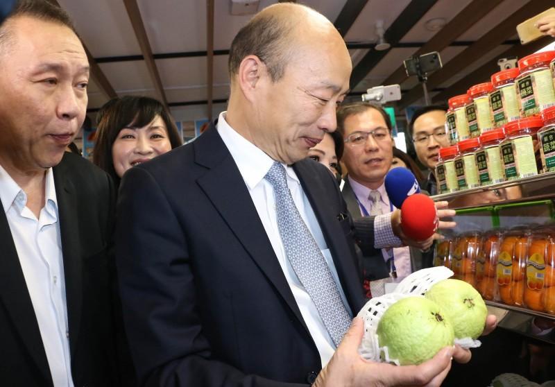 針對農委會主委陳吉仲答詢時指,高雄市長韓國瑜在新加坡簽約不是另創新通路,而是早就有的銷售管道,讓韓國瑜氣炸怒嗆「是把我當屁嗎?」、「沒有水準到了極點」。圖為高雄市長韓國瑜參觀新加坡超市。(高市府提供)