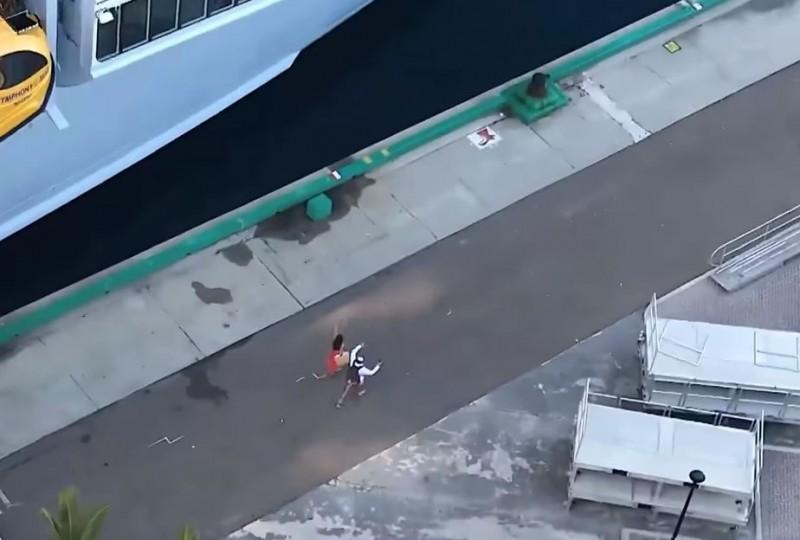 兩人狂奔也沒用。(圖擷自YouTube)