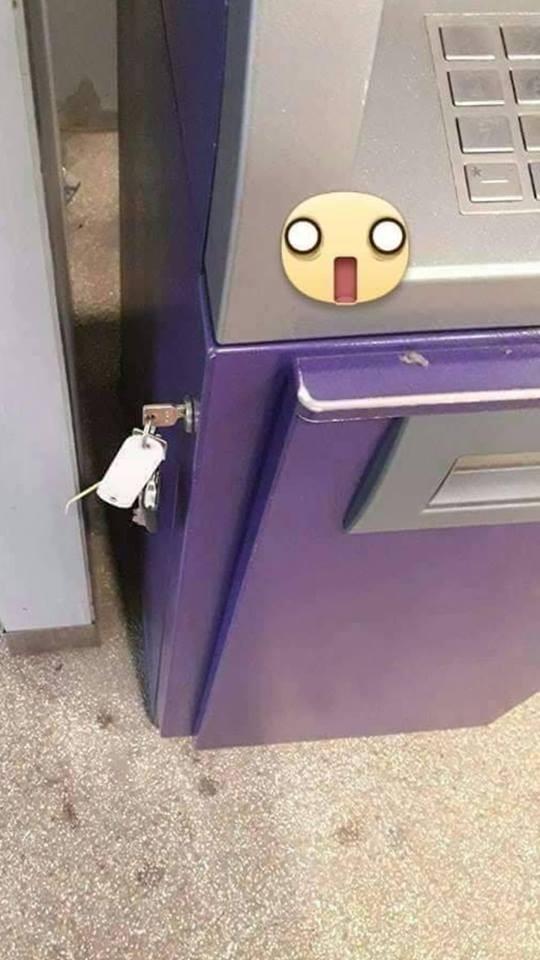有網友領錢時,卻看到ATM下方插有一把鑰匙,萬分掙扎是否要打開。(圖擷取自臉書「爆廢公社」)