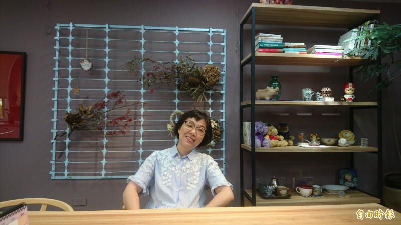 台南市副市長王時思的辦公室新舊家具並陳,鐵花窗、空相框還有老梳妝臺,增添懷舊氛圍。(記者劉婉君攝)