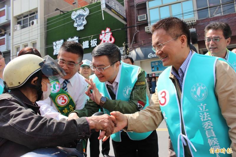 卓榮泰陪同黃振彥掃街,對著民眾一手比3號另一手握對方的手,懇請選民支持。(記者張聰秋攝)