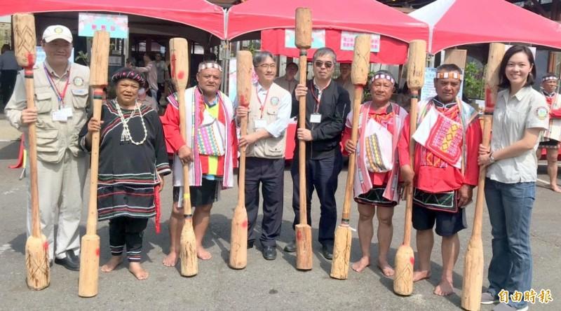 台大實驗林管處長蔡明哲(右4)等人,一起手持木杵展開布農原民木工技藝培訓成果。(記者謝介裕攝)