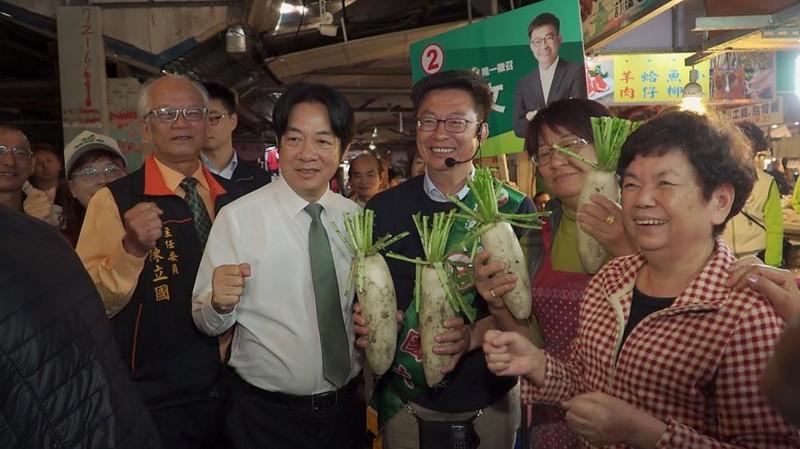 賴清德連續4天陪同黨籍候選人郭國文到市場掃街拜票,賣力輔選。(取自賴清德臉書)