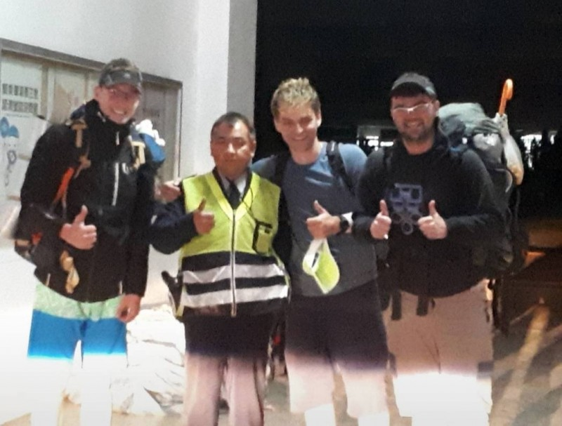 關山警分局海端分駐所員警好人幫到底,載著三名波蘭登山客到紮營地點。(記者王秀亭翻攝)