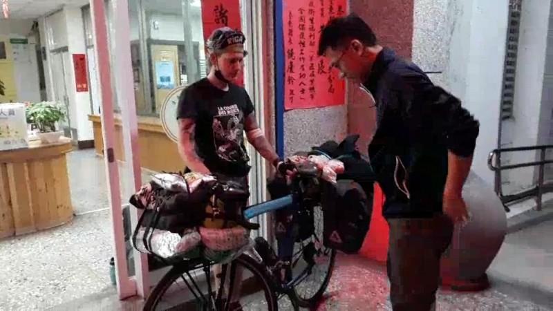 加拿大單車環島客單車摔壞了,急向大武員警求援。(記者王秀亭翻攝)