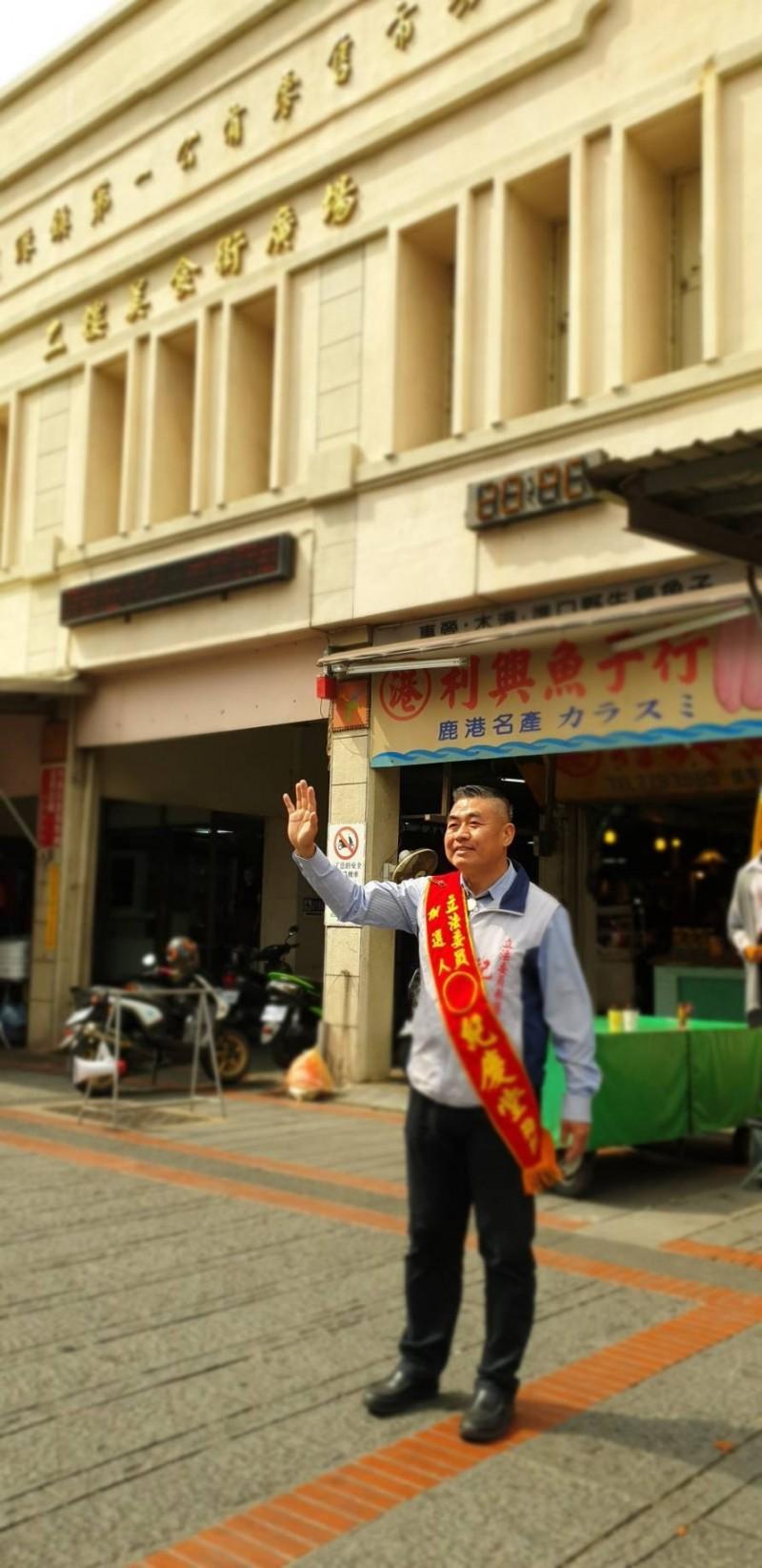 紀慶堂在市場、重要路口站崗拜票。(紀慶堂提供)