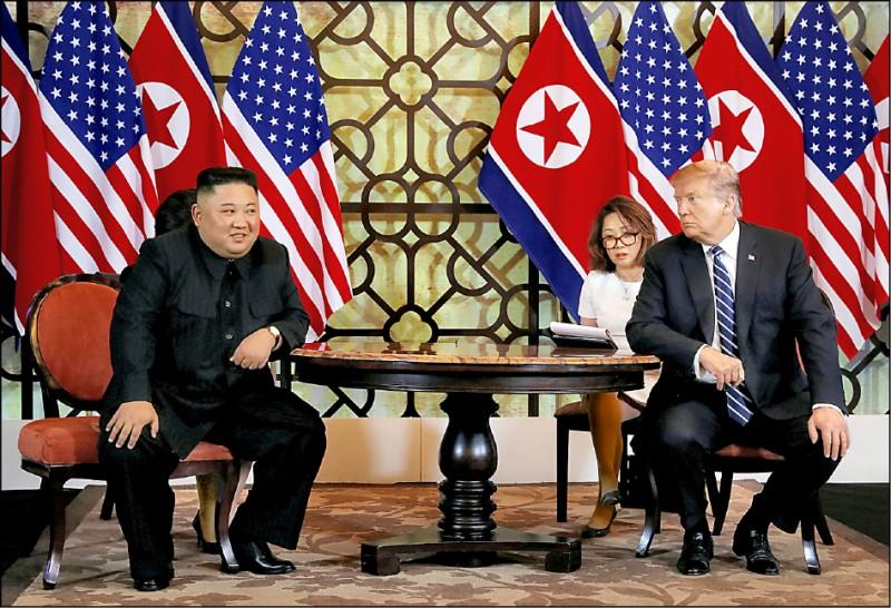美國總統川普與北韓領導人金正恩(左)二月二十八日在第二天議程開始前,接受媒體提問。(路透)