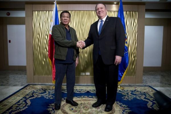蓬佩奧向杜特蒂表示,美國會確保南海的航行安全,當菲律賓的船艦與飛機在南海遭受攻擊時,會出兵保護。(美聯社)