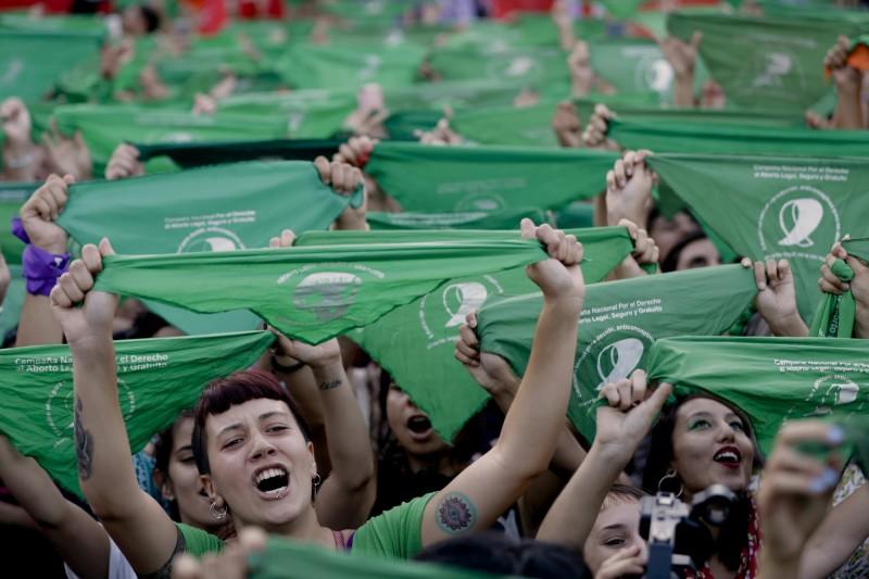 阿根廷一名11歲的少女,被祖母男友強姦後懷孕,想要墮胎卻一再被拖延只好接受剖腹產。圖為阿根廷女性上街遊行,要求墮胎合法化。(美聯社)