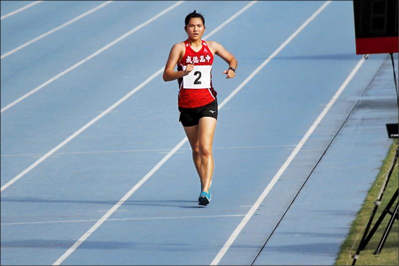 就讀成德高中高三的吳宇欣一舉奪下一萬公尺競走冠軍。(新竹市府提供)