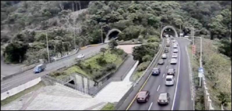 國五北上昨湧現車潮,雪隧南口最長回堵6公里。(記者林敬倫翻攝)