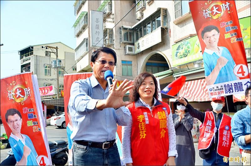 國民黨立委候選人謝龍介昨在台南善化區路口開講,全力造勢。(記者吳俊鋒攝)