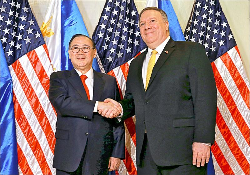 美國國務卿龐皮歐(右)一日造訪菲律賓外交部,與菲國外長陸辛(左)會面。龐皮歐稍後在記者會上點名中國是區域威脅,並稱美國會在菲國於南海遭遇武裝威脅時提供協防。(路透)