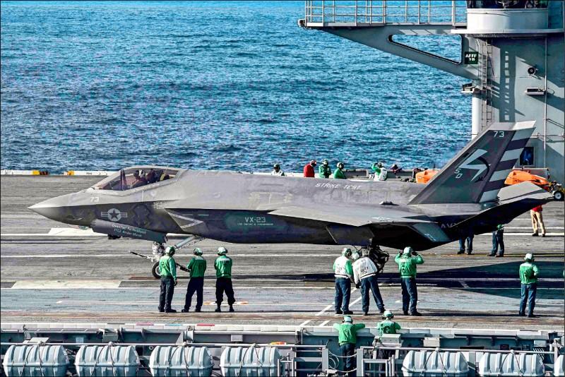 美國海軍二月廿八日宣布,F-35匿蹤戰機的海軍版「F-35C」已具備初始作戰能力。圖為二○一五年十月,該戰機於大西洋的「艾森豪號」航空母艦上準備起飛。(路透檔案照)