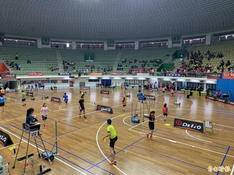 台東新苗後山盃羽球錦標賽戰況激烈。(記者張存薇攝)