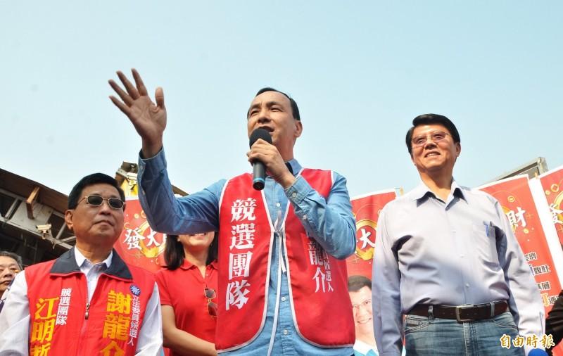 前新北市長朱立倫(中)南下為謝龍介(右)助選。(記者吳俊鋒攝)