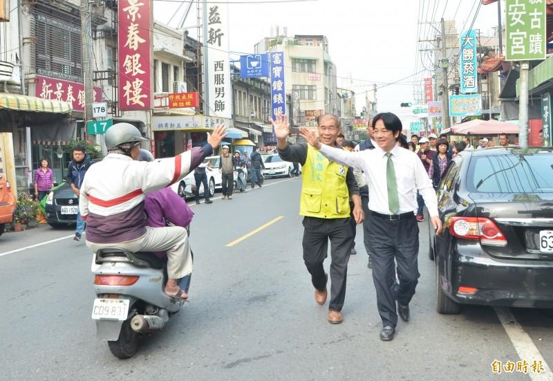 前行政院長賴清德(右)陪同黨籍立委候選人郭國文掃街,支持者熱情回應。(記者吳俊鋒攝)