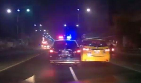 警車迫近仍無法讓小黃就範。(記者黃旭磊翻攝)