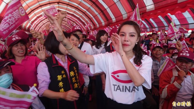 陳筱諭(前)由媽媽前南市議員郭秀珠陪同入場,看到支持者熱情,熱淚盈眶。(記者楊金城攝)