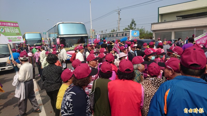 陳筱諭今天在麻豆成立競選總部,展現基層動員實力,遊覽車超過100輛。(記者楊金城攝)