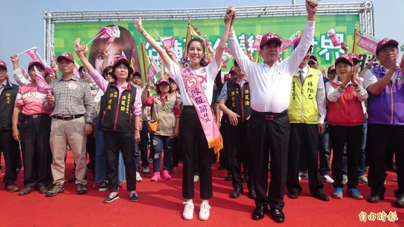 陳筱諭(前左)由競選總部總會長、前立委李和順(前右)授綵帶。(記者楊金城攝)