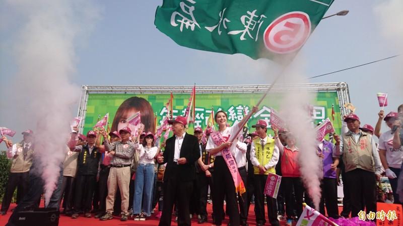 陳筱諭獲贈2000年陳水扁競選總統的戰旗,打阿扁牌並以「在地女兒」訴求鄉親支持。(記者楊金城攝)