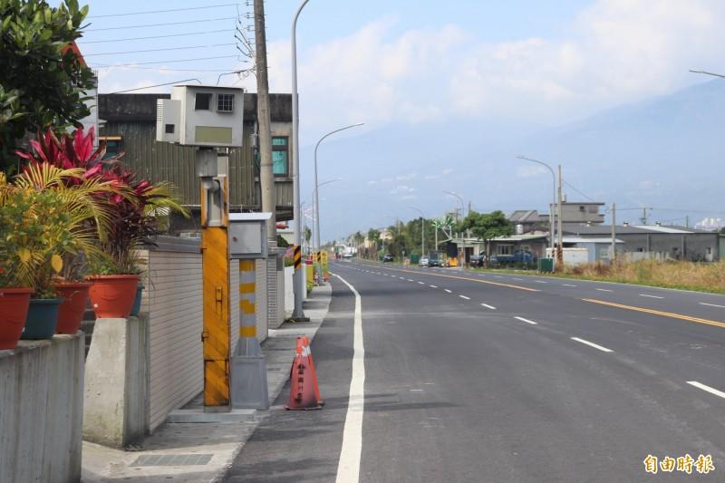 宜蘭警方在宜4匝道新設測速照相桿。(記者林敬倫攝)