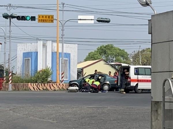雲林土庫肉品市場前今天中午11點左右發生自小客車自撞意外,雲林縣消防局救護人員搶救,車上3人傷勢嚴重。(民眾提供)