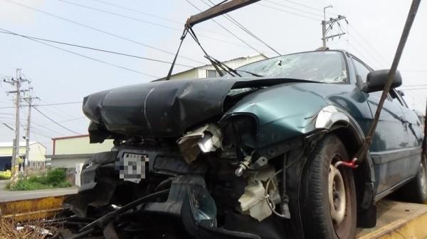 雲林土庫肉品市場前面發生自小客車自撞意外,撞擊力道猛烈,車頭嚴重扭曲變形。(民眾提供)