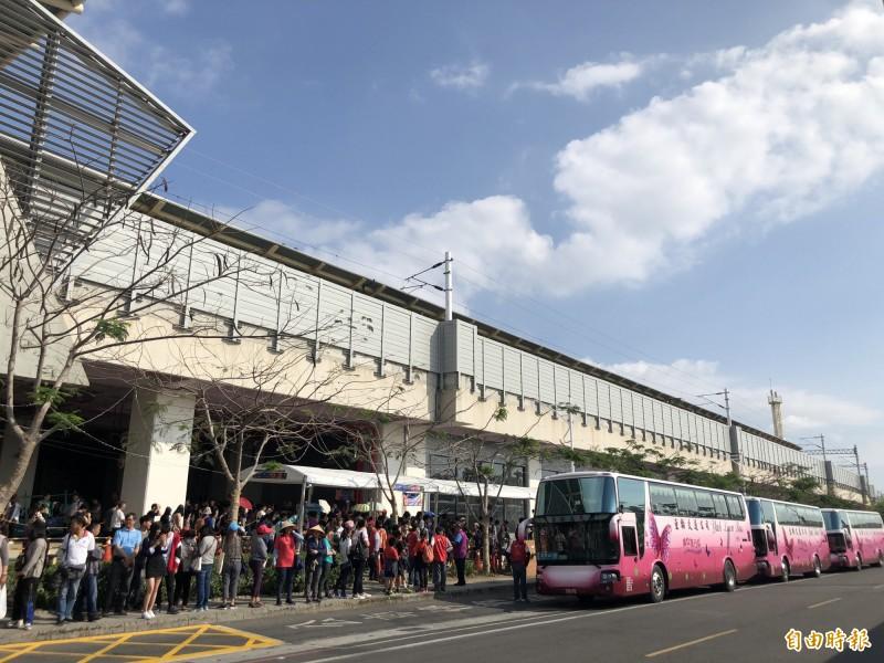 台灣燈會在屏東進入倒數,潮州火車站接駁至下午5點接駁車次達306次,約前兩天相仿,不過民眾候車時間大幅縮減。(記者邱芷柔攝)