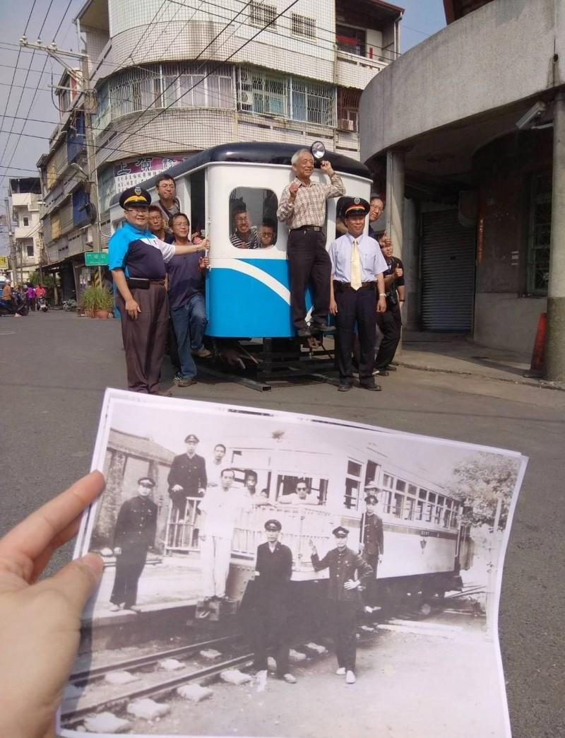 火車來了!竹塘火車站拆除後半世紀,再有五分車開進竹塘,當地民眾黃邦吉興奮站上火車頭連接器合影,重溫70年前父親的回憶。(民眾洪仲宜提供)