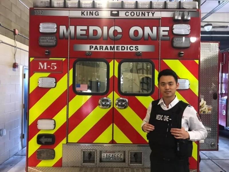 新北市消防局神之救護手戴誌毅曾在八仙塵爆中擔任大傷指揮官,救人無數,這次到西雅圖消防局觀摩、實習,看見救護車上有防彈背心,不忘穿上拍照留念。(記者吳仁捷翻攝)