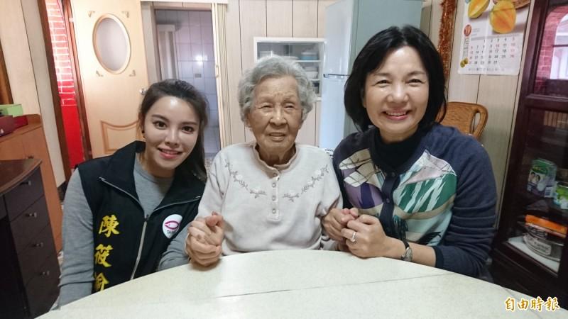 陳筱諭(左)和媽媽郭秀珠(右)在農曆過年前曾探望扁媽陳李慎(中)。(記者楊金城攝)