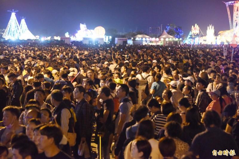 台灣燈會排隊等車的人潮驚人。(記者葉永騫攝)