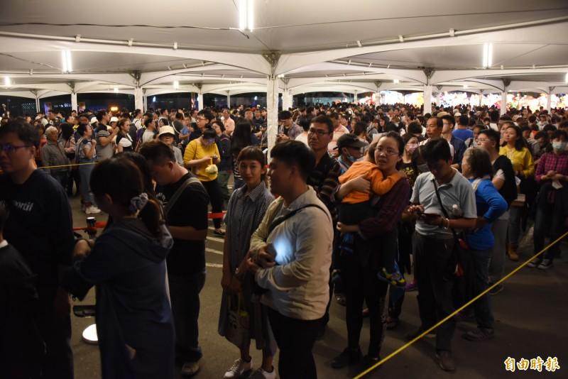 台灣燈會今晚等車的人潮相當多。(記者葉永騫攝)