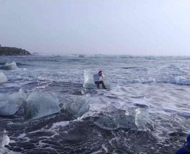 孰料冰山王座最後卻越漂越遠,幸好有其他遊客出手相救,讓阿嬤回到岸邊。(圖擷自@Xiushook推特)