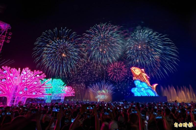 今年台灣燈會在屏東大鵬灣舉行,228連假期間湧入大批人潮,前2天都超過160萬人次參觀,統計試營運至昨天共15天,入園人數突破千萬人次大關。(資料照)