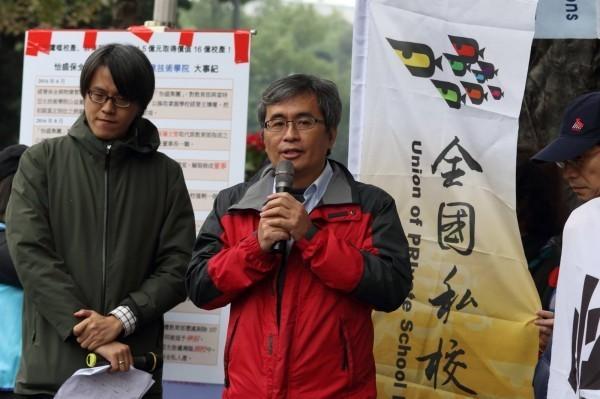 國私校工會理事長尤榮輝(右)表示,=學校若被列入輔導,代表其辦學品質已未達水準,不應該讓學生再踏入「私校雷區」。(資料照,圖由尤榮輝提供)