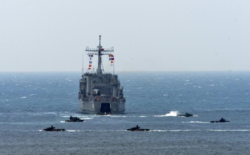 美國資深政治學家蔡斯(Michael S. Chase )表示,中國有可能在2020台灣總統大選前後施壓台灣,造成兩岸新一波的危機發生,而美國必須儘量避免這種事情出現。圖為國軍在台灣海峽進行演習。(法新社)